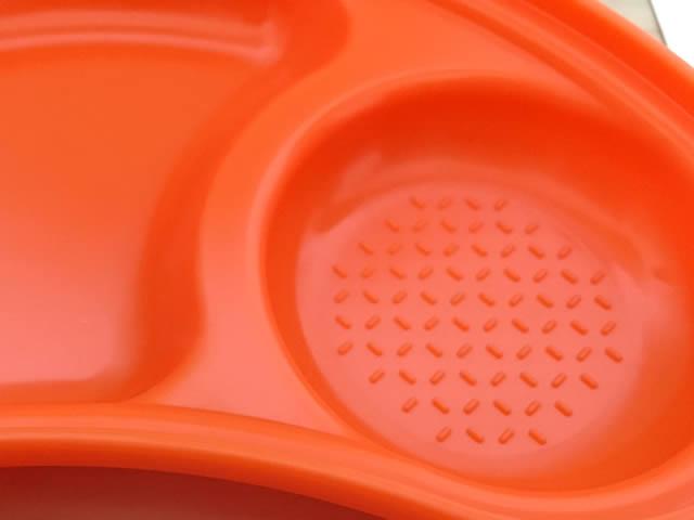 ふた付きプレートにはすりつぶし用の凹凸があります