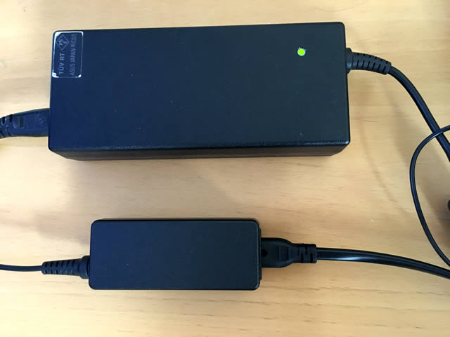下がマウスコンピュータMB-B506Hのアダプター。上が5年前に購入した別会社のノートパソコン。大きさが全然ちがう。