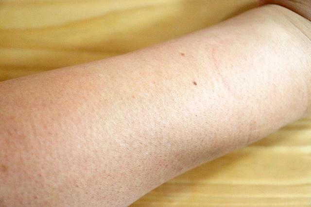 コンシーラ使う前の腕